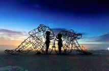 scultura-burning-man-festival-adulti-bambini-amore-love-alexander-milov-51